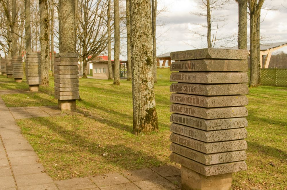 These blocks have the names and dates of the winners of lake Viljandi run winners