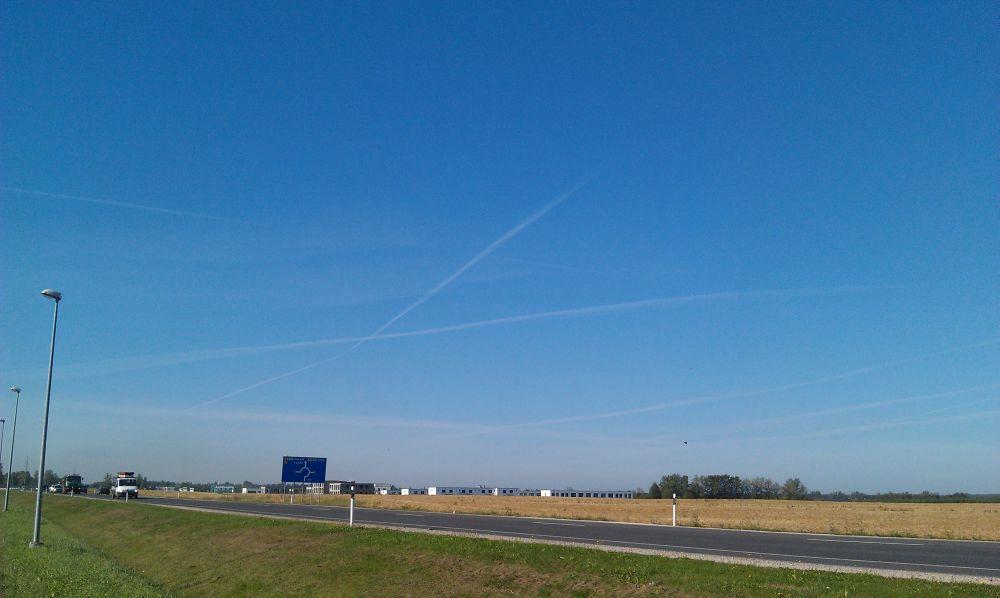 Siniseim taevas ja ristuvad lennud. The bluest sky and crossing planes